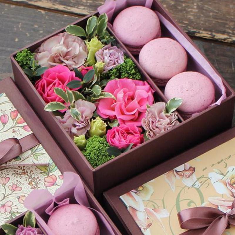 Коробочки с цветами и макаронс