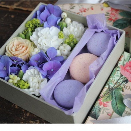 "Коробочка с цветами и макарунами ""Ларимар"""