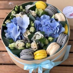 """Коробочка с цветами и макарунами""""Лазурь"""""""