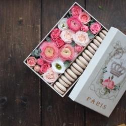 "Коробочка с цветами и макарунами""Сердце"""