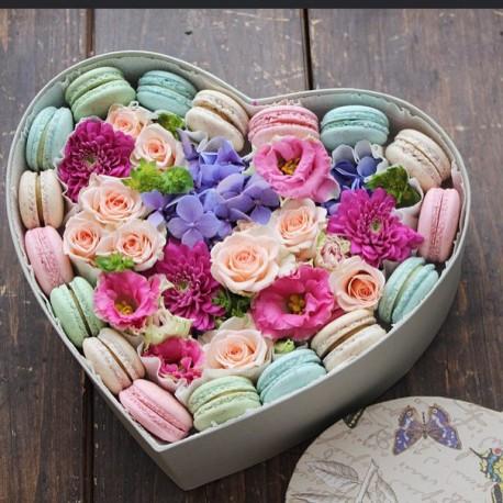 """Коробочка с цветами и макарунами """"С Любовью"""""""