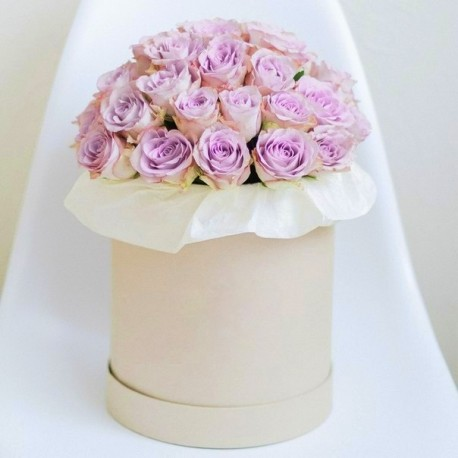 Шляпная коробка из фиолетовых роз.