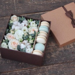 "Коробочка с цветами и макарунами ""Праздничная"""
