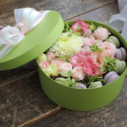 "Коробочка с цветами и макарунами""MACARONS"""