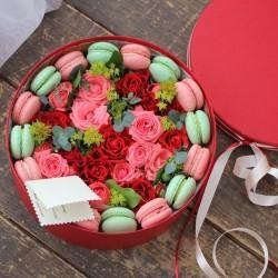 """Коробочка с цветами и макарунами""""Любовное приключение"""""""