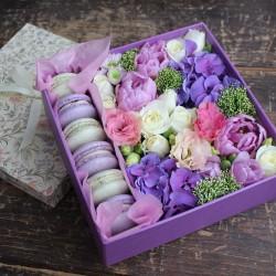 """Коробочка с цветами и макарунами""""Наслаждение"""""""