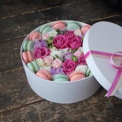 "Коробочка с цветами и макарунами""Намек"""