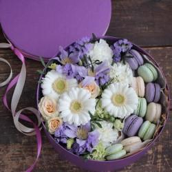 """Коробочка с цветами и макарунами""""Вуаль"""""""